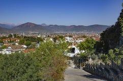 Widok Fethiye, Turcja Czerwoni dachy domy na tle góra Fotografia Stock