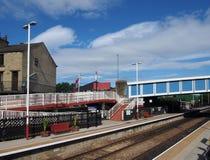 widok footbridge brighouse stacja kolejowa w calderdale zachodnim i platformy - Yorkshire bra? od drogi nad fotografia royalty free