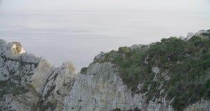 Widok formacja skały blisko morza z morzem w spokoju w horyzoncie zbiory