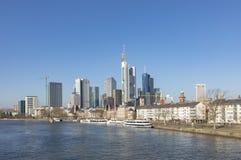 Widok Frankfurt linia horyzontu z rzeczną magistralą Fotografia Royalty Free