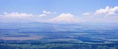 Widok góra Elbrus i panorama dolina Elbrus od wysokiego punktu góry Besh Tau Obraz Stock
