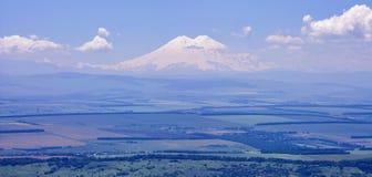 Widok góra Elbrus i panorama dolina Elbrus od wysokiego punktu góry Besh Tau Zdjęcie Royalty Free