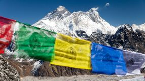 Widok góra Everest z buddyjskimi modlitewnymi flaga Zdjęcia Royalty Free