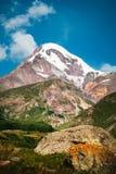 Widok góra Kazbek blisko Stepantsminda, Gruzja Zdjęcia Royalty Free