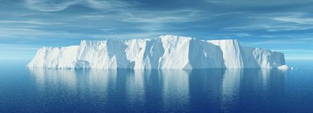 Widok góra lodowa z pięknym przejrzystym morzem Obrazy Royalty Free