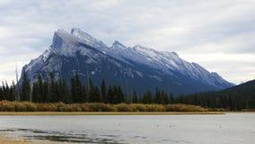 Widok góra Rundle blisko Banff, Kanada Obrazy Royalty Free