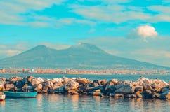 Widok góra Vesuvius i zatoka Naples z skałami i błękitną łodzią Neapolu w?ochy obrazy royalty free
