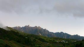 Widok góra z chmurnym niebem zdjęcia stock