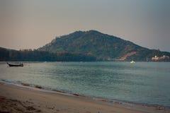 widok górkowata wyspa jachtu łódź w lazurowej morze plaży na przedpolu Fotografia Stock