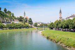 Widok górski i wioski niebieskiego nieba zieleni jezioro obrazy royalty free