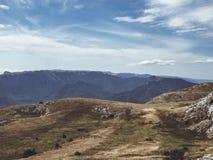 Widok górski na szczycie, linia horyzontu chmurnieje, niebo Obraz Royalty Free
