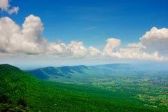 Widok górski od above z zielonymi drzewami niebo i chmury fotografia stock
