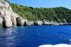 Widok górski od Ionian morza Zmrok - błękitny morze błękitna woda Halny las Fotografia Stock