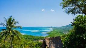 Widok górski z drzewnym lasem i błękitną wodą morską w odległości w karimun jawie kamienia i zieleni zdjęcie royalty free