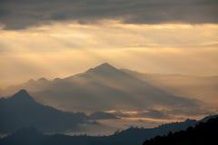 Góry i mgła przy wschodem słońca Obrazy Royalty Free
