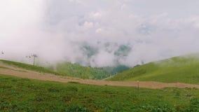 Widok góry z chmurami nad one, drogami i krzesła dźwignięciem od viewing estradowy Rosa Pik, zbiory