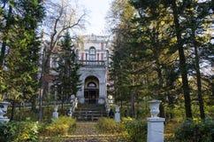 Widok główny dom nieruchomość Bykovo w jesieni Moskwa regionie obrazy royalty free