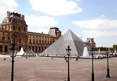 Widok główny podwórze louvre pałac z szkłem a fotografia royalty free