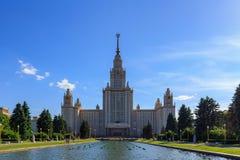 Widok główny budynek Lomonosov Moskwa stanu uniwersytet MSU na tle fontanna przy lato wieczór Zdjęcia Stock
