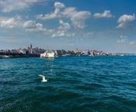 Widok Galata wierza i Galata most Promu pławik na Złotej róg drodze wodnej Bosphorus istanbul obraz royalty free