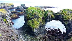 Widok Gatklettur łuku skał formacja z seabirds latać zbiory wideo
