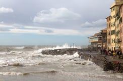 Widok genua Boccadasse z szorstkim morzem podczas jesiennego dnia, Włochy fotografia royalty free