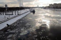 Widok Gorky park w Moskwa Zimy scena, marznąca rzeka zdjęcia stock