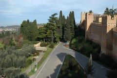 Widok Gradara od średniowiecznych fortecznych ścian, Włochy zdjęcie stock
