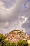 Widok grodzki Rocca Di Tata w Lazio, Włochy z zmrok chmurą Zdjęcia Stock