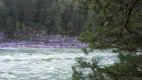 Widok halne góry i rzeka zbiory
