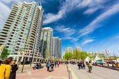 Widok harbourfront, puszka miasteczka teren z nowożytnymi eleganckimi budynkami i ludzie cieszy się ich s pogodnego weekendowego  Obraz Stock