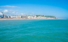 Widok Hastings miasteczko i plaża przód od Hastings mola Zdjęcie Stock