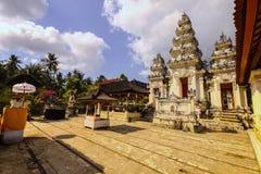 Widok Hinduskiej świątyni kompleks z wiele statuami i modlitwa, Nusa Penida, Indonezja obrazy stock
