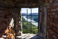 Widok historyczna Aggstein kasztelu ruina na Danube rzece niski Obrazy Stock