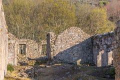 Widok historyczny budynek w ruinach, w?rodku klasztoru St Joao Tarouca, szczeg?? rujnuj?ca ?ciana z pi?dziami symetryczni okno zdjęcia royalty free