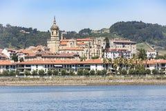 Widok Hondarribia miasteczko, Bidasoa rzeka i Nuestra Señora del Manzano kościół, Gipuzkoa, Baskijski kraj, Hiszpania obraz stock