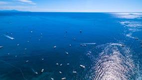 Widok horyzont morze ocean ska?y, g?ry, ?odzie, statki, odtwarzanie i wakacje w Europa, W?ochy Miejsce dla zdjęcie stock