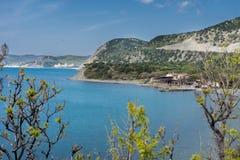 Widok hotel który lokalizuje blisko morza i otacza górami obraz royalty free