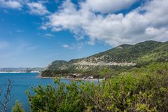 Widok hotel który lokalizuje blisko morza i otacza górami zdjęcie stock