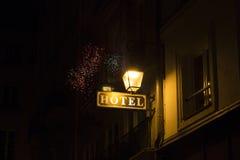Widok hotelowy znak, latarnia uliczna Zdjęcie Royalty Free