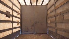 Widok from inside semi pusta przyczepa Ciężarówka przed ściągać produkt z bliska zdjęcie wideo