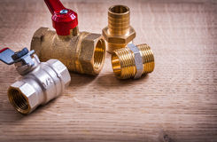 Widok instalaci wodnokanalizacyjnej narzędzi mosiądza drymby włączniki Dalej fotografia stock