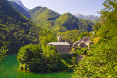 Widok Isola Santa wioska w Garfagnana, Tuscany obraz stock