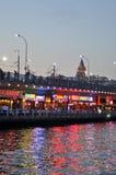 Widok Istanbuł i Galata górujemy i przerzucamy most przy nocą Obraz Stock