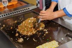 Widok istota ludzka, osob ręki trzyma tableware narzędzia narzędzia i prepairing gotuje świeżą żywność, Obraz Royalty Free