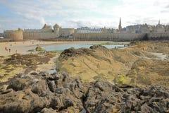 Widok izolujący miasto święty Malo od fortu obywatela z kolorowymi skałami i Eventail plażą w przedpolu, zdjęcie royalty free