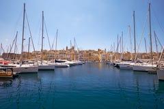 Widok jachty cumował w schronieniu w Dockyard zatoczce z Sengl Zdjęcie Stock