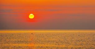 Widok jaskrawy zmierzch na morzu Obraz Stock