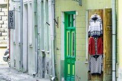WIDOK jeden dziejowe wąskie ulicy w Tallinn w wiośnie TALLINN ESTONIA, MAR - 03, 2013 - Centrum miasto obrazy stock