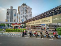 Widok jeden wa?ny Autobusowy terminus przy Nowym miasteczkiem, Kolkata, Zachodni Bengalia na ruchliwie zdjęcia royalty free